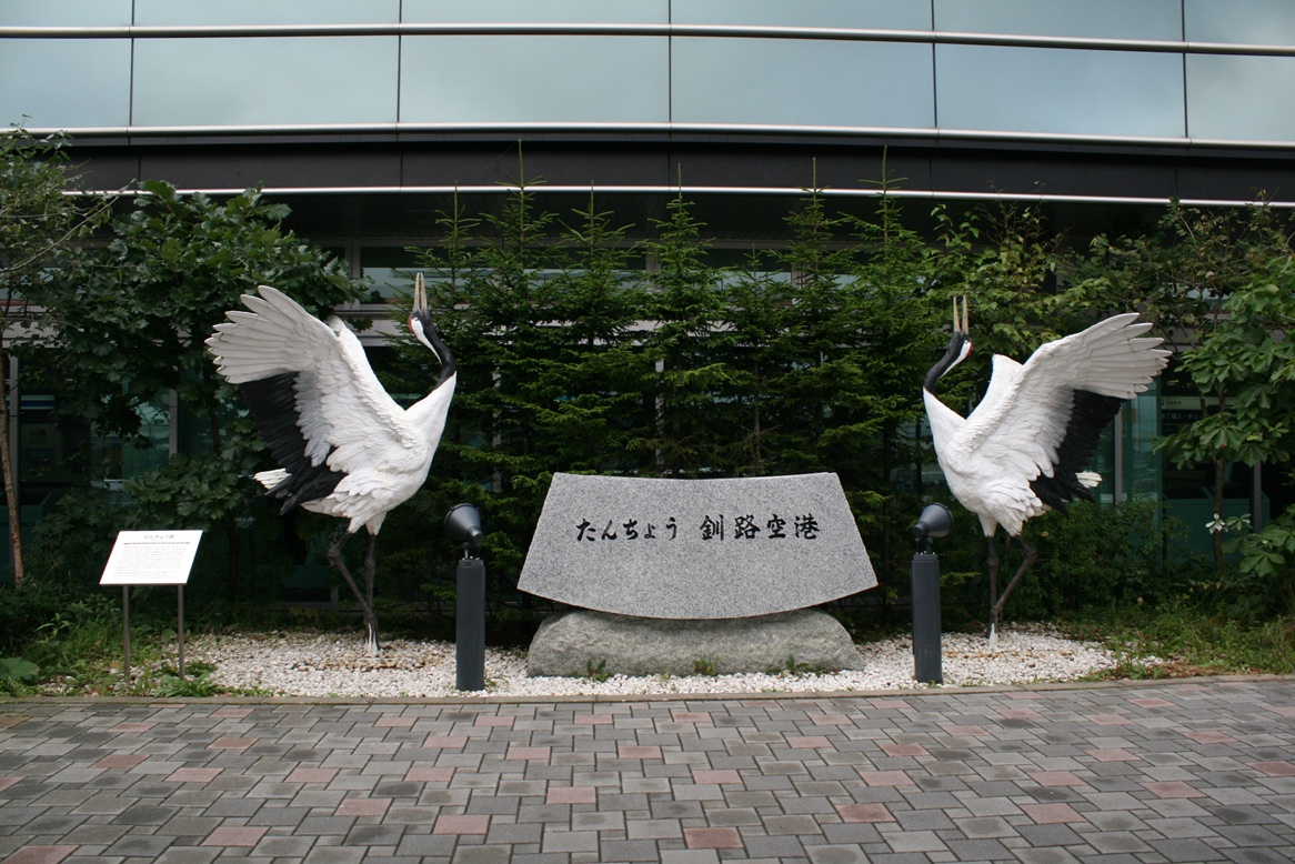 ▲空港には〝北海道の鳥〟に指定されているタンチョウヅル(模型)がお出迎え。
